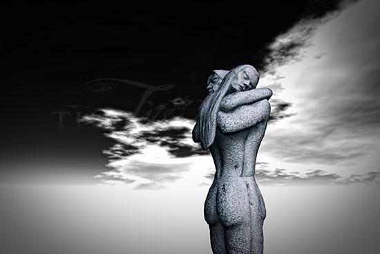 Hug Statue SL 550px
